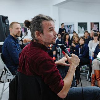 2019: Mathieu Asselin im Gespräch mit Florian Schairer und dem Publikum. Foto: Gina Bolle