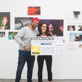 Hans Herbig presents the Fotodoks-Prize 2017 to Annie Flangan. (Photo: RIchard Heinicke)