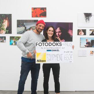 Hans Herbig überreicht Annie Flangan den Fotodoks-Preis 2017. (Foto: RIchard Heinicke)