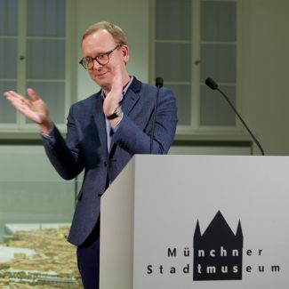 Christoph Amend präsentiert den ZEITmagazin-Foto-Preis. (Foto: Katrin Petroschkat)