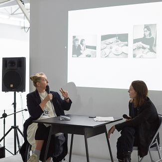 Lisa Domin talks about her work with Christina Maria Ruederer (photo: Franziska Schrödinger)